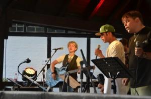 Mosaik beeindruckt Groß und Klein: Die Band Mosaik, in der Behinderte mit Erziehern und der Musikerin Steffi List zusammen spielen, hatte ihren Auftritt beim Benefiz-Weinfest der Lebenshilfe Kitzingen im Casteller Schlosspark.